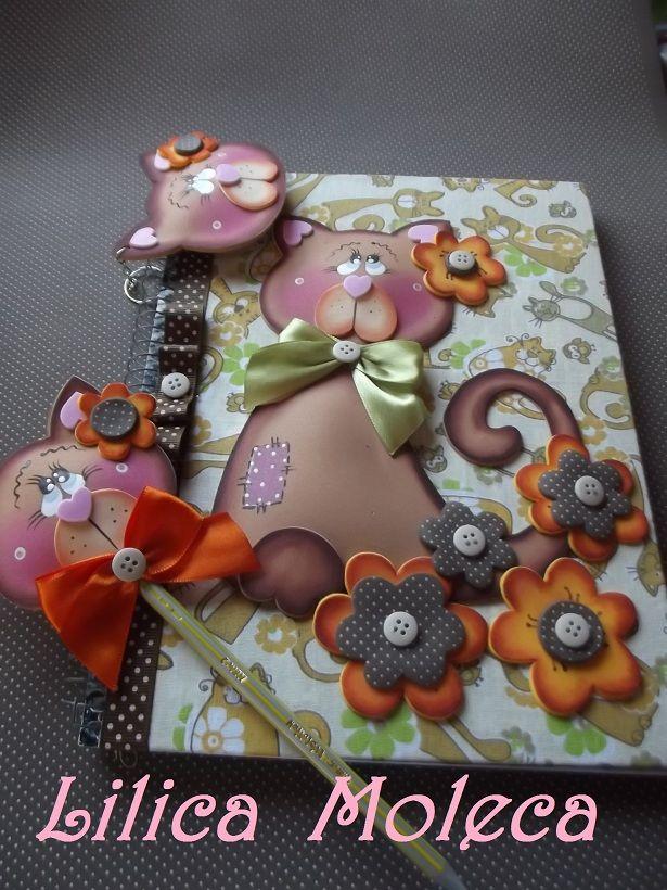 Caderno forrado com tecido e decorado com EVA no tem Gatinhos.Acompanha…