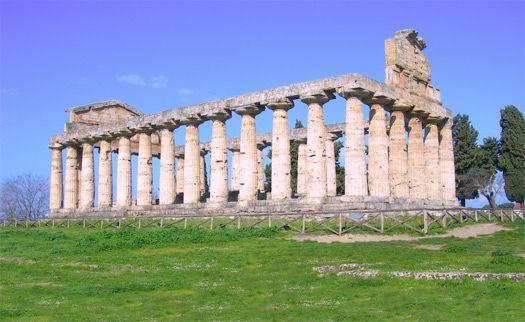 Tempio di Cerere (o Tempio di Athena 510-500 a.C.). Sorge a Paestum e ha un vasto naos a navata unica ora distrutto, posteriormente privo di opistodomo. Il pronao è delimitato da 6 colonne con capitelli ionici.