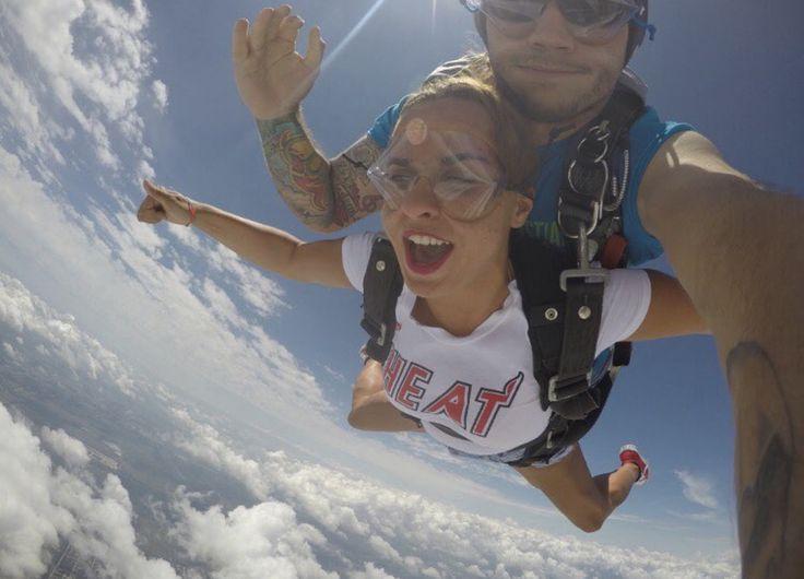 Post from @didiboug skydiving in her #redsneakersforoakley. #livlikeoaks. Aussi impressionnant que la première fois 🤙  #skydive#sebastian#florida#lekiff
