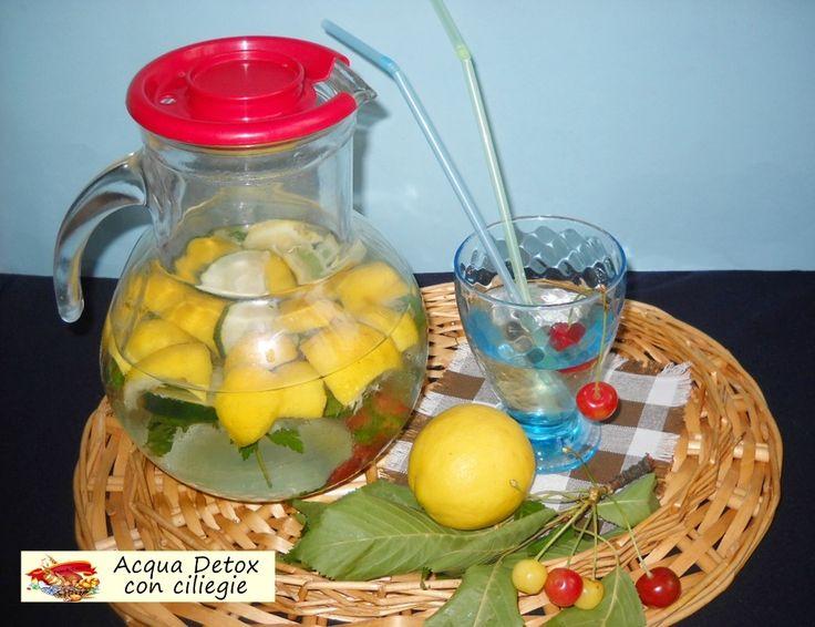 Acqua detox con ciliegie. Ecco anche la mie acqua detox, anzi le mie. Si perchè ormai ne preparo una al giorno e sempre con ingredienti diversi e golosi.