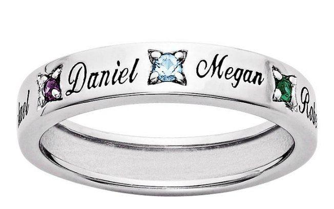 004753ff246 Um só anel pode conter o nome de todos os seus filhos separados por uma  pedra. De Bliss Living