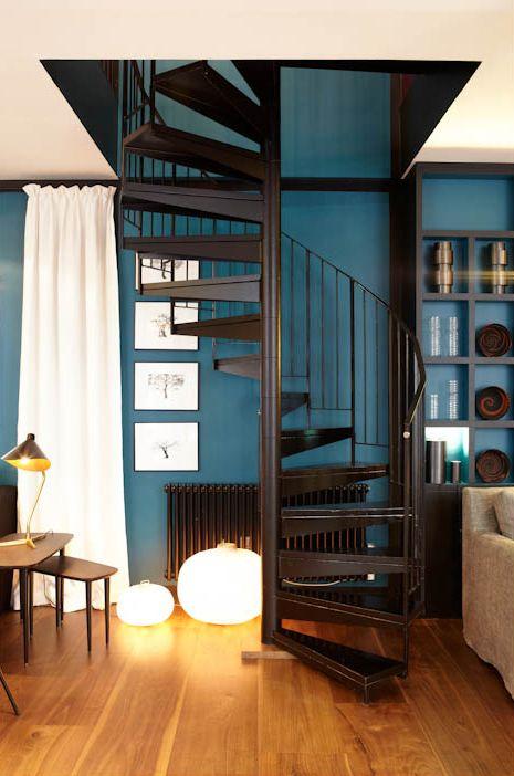 Ambiance subtile, lumière douce, bleu inimitable, escalier et parquet. j'aime ! sarahlavoineboutiqueparis