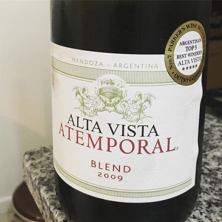 Hoy se parte la semana en dos con este tremendo assemblage de @bodegaaltavista  El finde está a la vuelta de la esquina. #malbec #cabernetsauvignon #petitverdot #atemporal #valledeuco #mendoza #miercoles #wine #wineplan #vino #vinho #mywineplan #instavinho