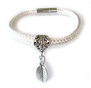 Bransoletka z białego sznurka z zawieszką w kształcie listka.