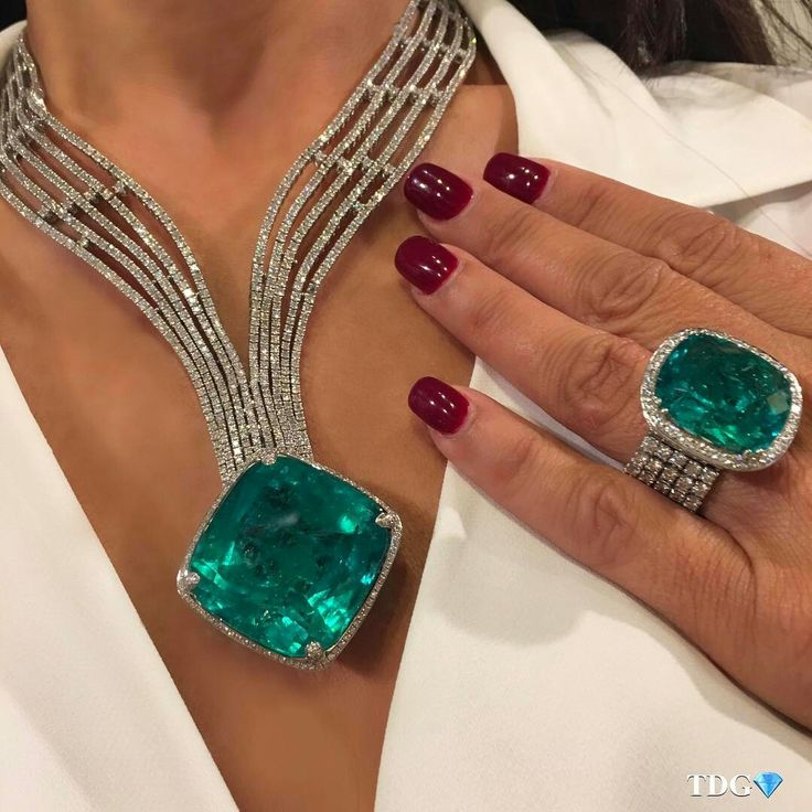 @the_diamonds_girl.   THE QUEEN OF GREEN RIDES AGAIN!!! Can you imagine my face when I saw these emeralds at @yafasignedjewels ??? Pure delight!!! Emerald magic from my friends at @yafasignedjewels