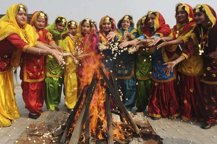 Feliz Lohri Lohri es una de las principales fiestas que se celebran por los punjabíes. La celebración del festival de Lohri es grande en la familia Punjabi si hay una pareja de recién casados o un nuevo bebé nacido en esa familia.