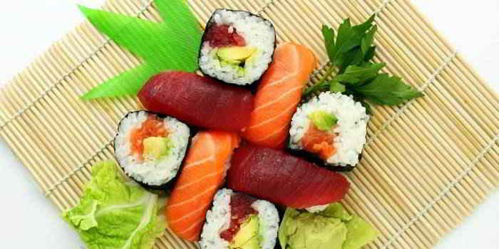 Für das eigene Sushi sollte nur frischer Fisch vom Fischhändler des Vertrauens gekauft werden. Besonders fettarme Fischsorten sind Lachs und Thunfisch.