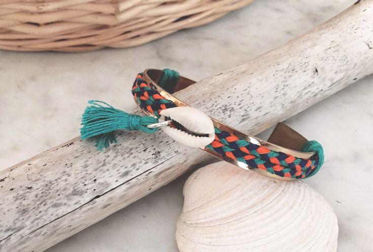 un nouvelle  DIY. Nous allons créer le bracelet jonc Miuky, un bracelet estival, coloré, orné d'un coquillage et d'un pompon réalisé à la main pour patienter en attendant l'été