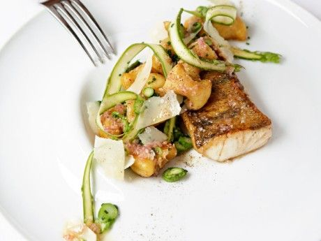 Fried perch with asparagus