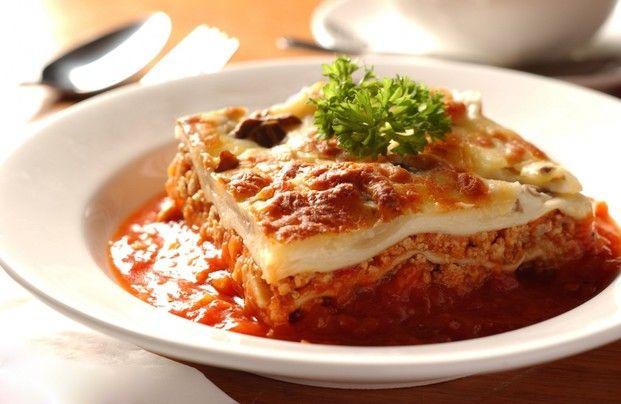 パスタを使わず、オーブンなしでOKの簡単ラザニアが餃子の皮で作れます。パスタを使うより時短でき、失敗しらずのおいしいレシピです。こんな本格料理が簡単に出せれば、彼氏も家族も大満足間違いありませんね!