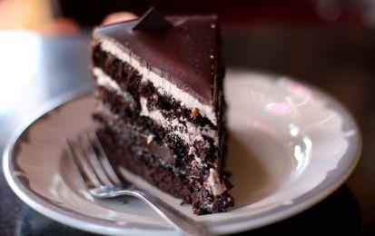 Torta di compleanno al cioccolato, mascarpone e caffé - Questa torta al cioccolato ricoperta e farcita da una crema di mascarpone al caffè fa venire l'acquolina in bocca solo a guardarla, ed è perfetta per festeggiare un compleanno, soprattutto se il festeggiato è molto goloso ma non è un bambino.