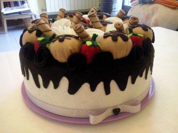 Bellissimo porta torta rivestito in feltro a forma di torta decorato con fragole e bignè.  Per proteggere la tua torta dalle mosche o dallaria o…