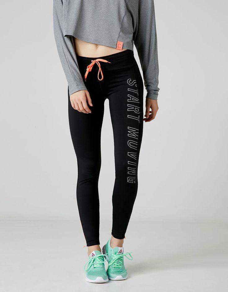 Basic Sportleggins mit Text. Entdecken Sie diese und viele andere Kleidungsstücke in Bershka unter neue Produkte jede Woche