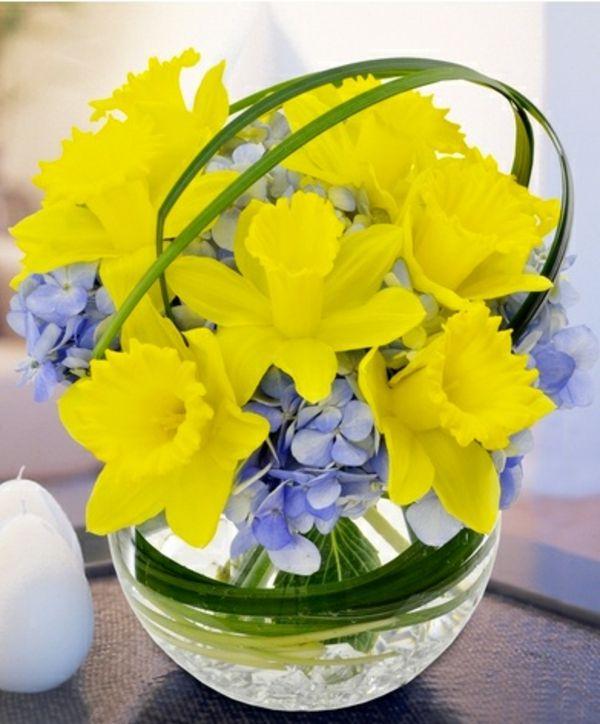 vase boule, jonquilles et petites fleurs bleues