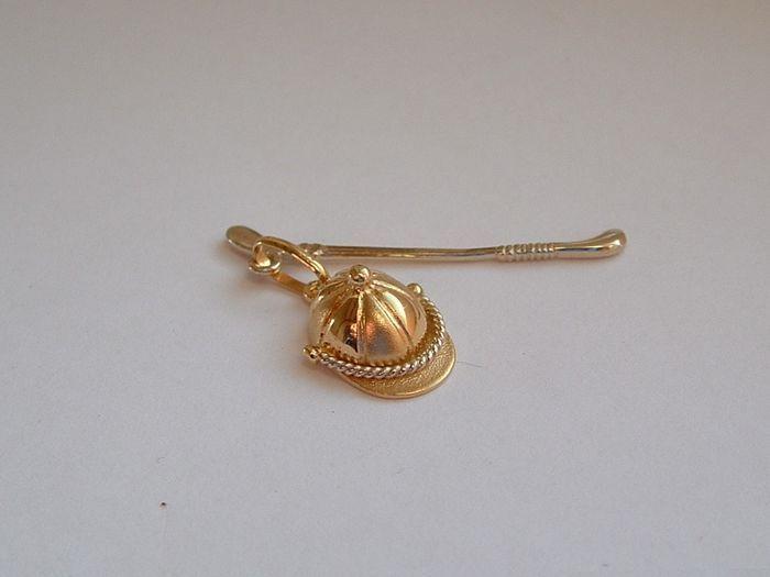 """Biedt nu op het hangertje met de rijcap! De teller staat nu op €50, geen geld voor een schattig hangertje. De cap is van geel goud gemaakt, met ruwe en glad gepolijste delen, een witgouden kabeltje boven de klep en een """"dopje"""" er bovenop. De zweep is deels van witgoud. Fijntjes gemaakt, niet priegelig en in uitstekende staat"""