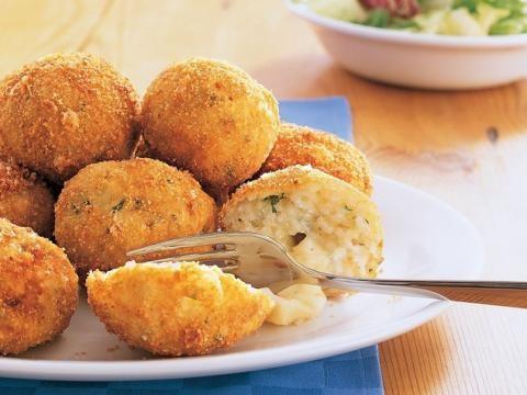 Entdeckt unser Rezept für saftige Mozzarella-Reisbällchen, Die leckeren Bällchen sind von außen kross und von innen mit einer zarten Käsemischung.