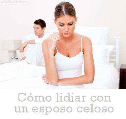 Los celos enfermizos pueden destruir completamente un matrimonio. Aprende qué puedes hacer si tu esposo sufre de celos e inseguridades. Haz clic para ver nuestro artículo. http://serpadres.com/mama/mama-relaciones/como-lidiar-con-un-esposo-celoso/