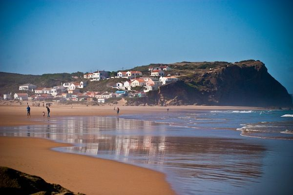 Cinquième jour : Matinée Faites route vers le littoral jusqu'à Aljezur et visitez le château. Le long de la côte, marquez une pause à la Praia da Arrifana. Au sud, Carrapateira mérite une halte pou...