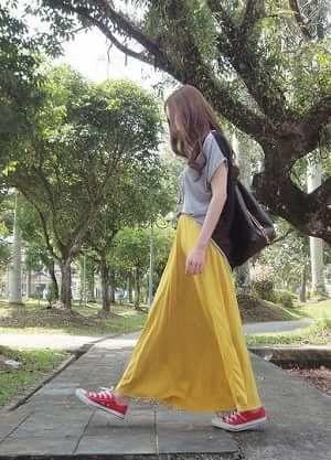 グレーTシャツと黄色マキシロングスカートとコンバース赤スニーカーコーディネート