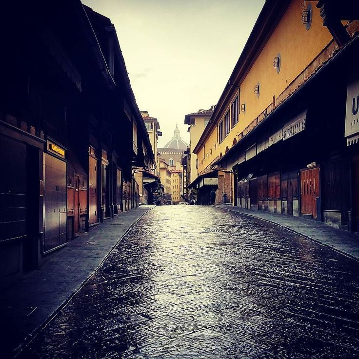 A rare moment #pontevecchio #firenze #florenz #florence #italia #igeritalia #toscana #tuscany #architecture #traveling #visititaly #igersfirenze #bridge #rainyweather #rainymood