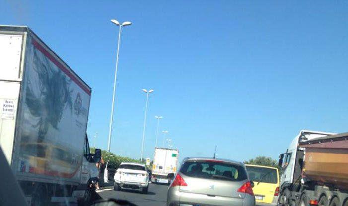 Incidente sull'Aurelia, chiusa dopo il coinvolgimento di 3 ciclisti. I vigili stanno ristabilendo la normale viabilità.