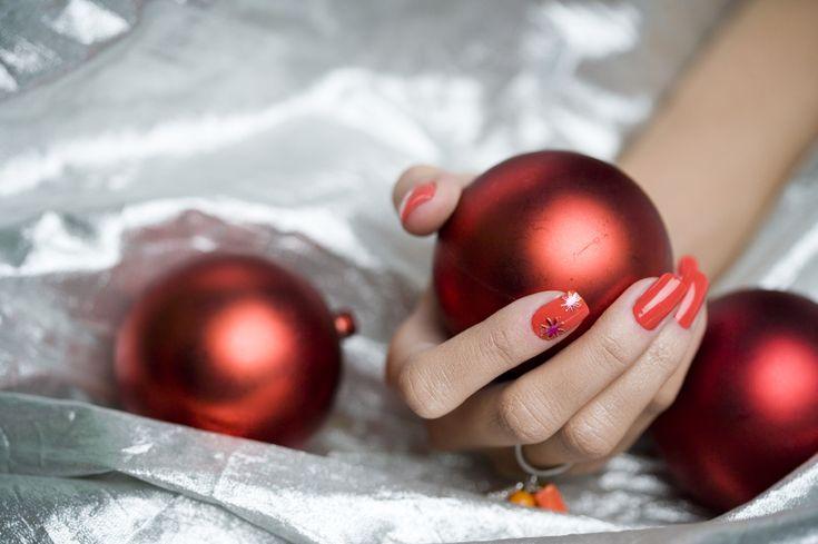 De boom is opgetuigd, de feestkleding is in huisenhet kerstmenu staat op papier. Tijd voor de finishing touch: lak je nagels in kerstsfeer!