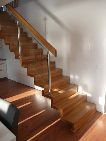 Moderne treppe glas mit edelstahl und holz sieht ganz for Moderne couchtische glas edelstahl