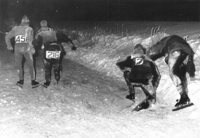 Onbekende wedstrijdrijders ergens onderweg tijdens de 12e Elfstedentocht in 1963. De uitputting slaat toe