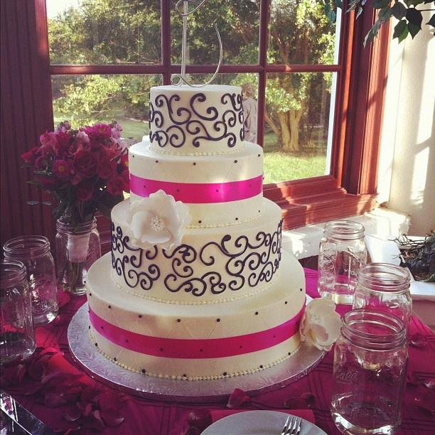 Black, white and hot pink wedding cake. #weddings