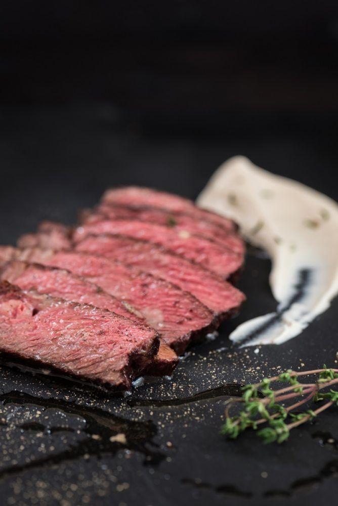 Steak vom Wagyu Rind mit Selleriepüree und Thymianbutter