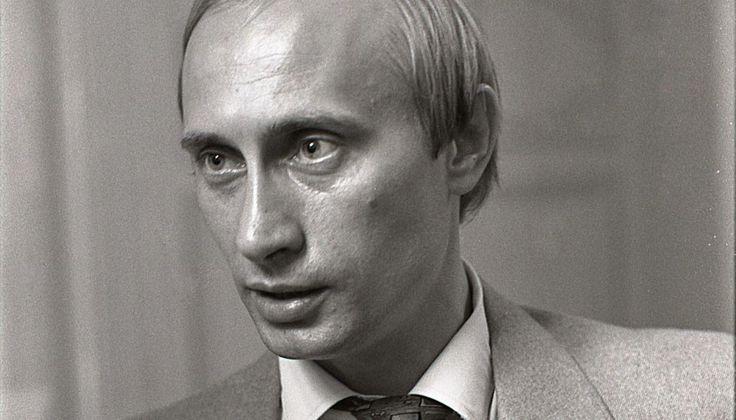 Виюне 1991 года будущий президент России Владимир Путин пришел работать вмэрию Ленинграда— онвозглавил комитет повнешним связям администрации Анатолия Собчака. Спустя несколько месяцев ондал одно изпервых (авозможно, ивовсе первое) интервью всвоей жизни— журналистке городской газеты «Час пик» Наталье Никифоровой. Внем Путин рассказал, как попал вКГБ иуволился оттуда— ипочему ему невчем раскаиваться. Спустя ровно 25 лет, 25ноября 2016 года, «Медуза» публикует полный текст…