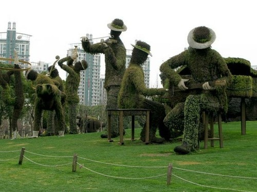 Topiary musicians