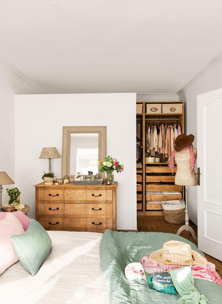 Dormitorio con vestidor contiguo tras muro que no llega al techo