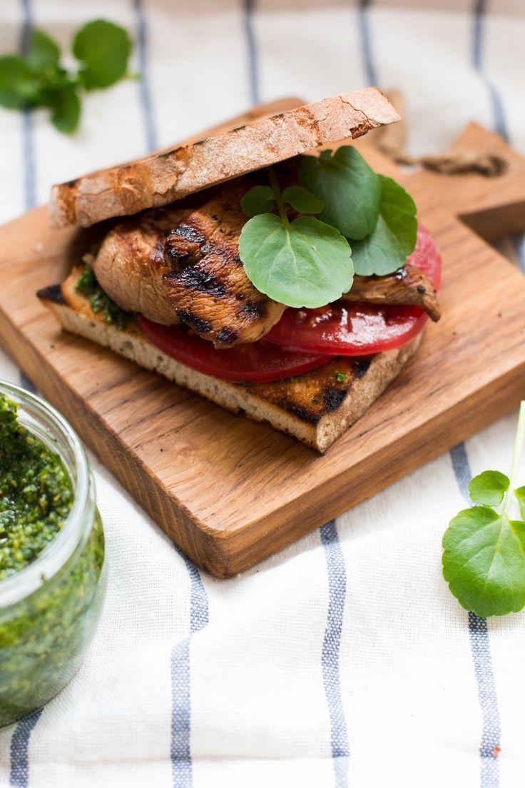Kanapka z grillowanym kurczakiem i pesto z rukoli #gryz #MagazynGRYZ