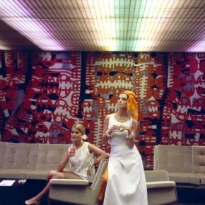 Due modelle in posadavanti all'arazzo Astratto(1963) di Capogrossi nel salone degli arazzi della turbonave Michelangelo / Giuseppe Capogrossi's tapestry – Abstract (1963) in the tapestries hall of the oceanliner Michelangelo
