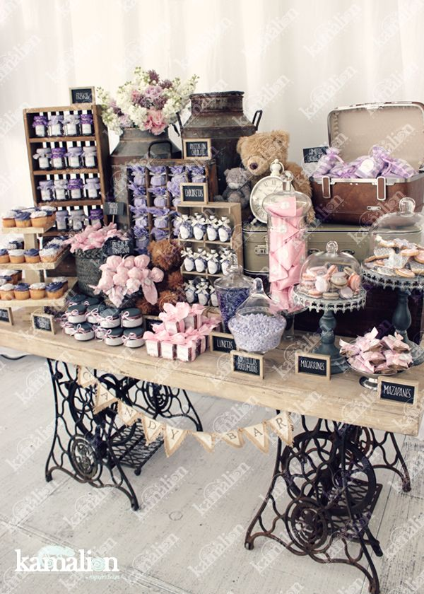 www.kamalion.com.mx - Mesa de Dulces / Candy Bar / Postres / Evento / Lila & Rosa / Lilac & Pink / Rustic Decor / Dulces / Madera / Lechero / Maletas / It's a girl / Gray / Vintage / Cupcakes / Macaroons / Teddy / Sewing machine.