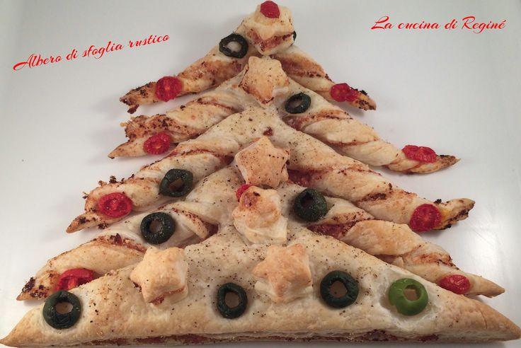 Albero di Natale di sfoglia rustico è una simpatica e golosa idea da preparare per addobbare la tavola natalizia, e da mangiare come aperitivo nei giorni d