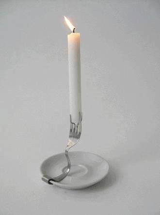 Un tenedor, un plato y una vela. Hazlo tu misma