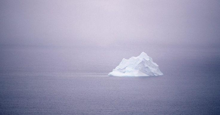 ¿Cuáles eran las dimensiones del Titanic?. El RMS Titanic fue el barco de vapor de pasajeros más famoso del mundo. Su construcción costó US$7,5 millones en 1912. El barco de lujo partió en su viaje inaugural desde Southampton, Inglaterra, hacia Nueva York el 10 de abril de 1912. El 14 de abril a las 11:40 P.M. chocó contra un iceberg y se hundió a las 2:20 A.M de la madrugada del día ...