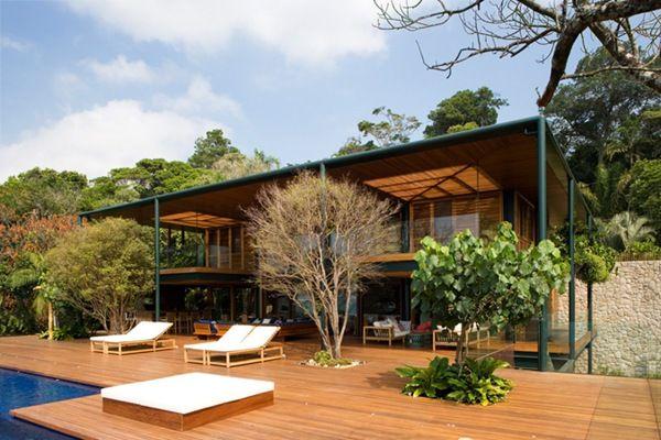 Moderna casa de madera con piscina en Brasil