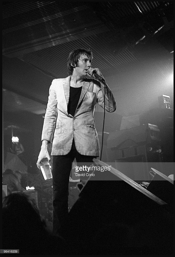 Lee Brilleaux of the English R and B group Dr Feelgood performs... News Photo | Getty Images