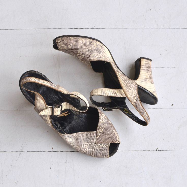 Python peeptoes | Vintage jaren 1940 schoenen | slangenhuid 40s peeptoe hakken 6.5 door DearGolden op Etsy https://www.etsy.com/nl/listing/272615356/python-peeptoes-vintage-jaren-1940