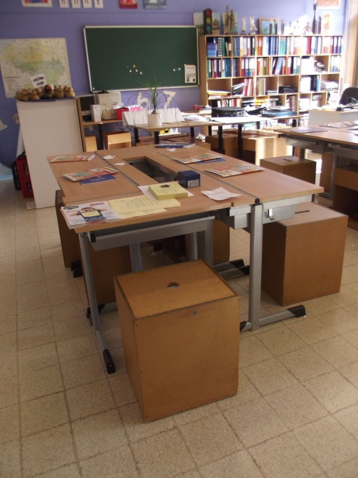 Als je in je klas veel leerlingen hebt voor de grootte van je klaslokaal. Heel handig om je stoelen in te ruilen voor houten blokken. Die kunnen gemakkelijk onder de bank worden geschoven. Zo win je plaats.