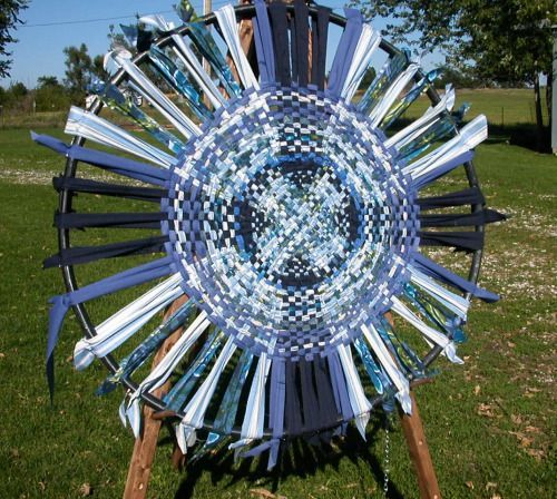 Wagon Wheel Rug instructions- the not dead link! Using rag for the weaving strips. Repinned by Elizabeth VanBuskirk.: