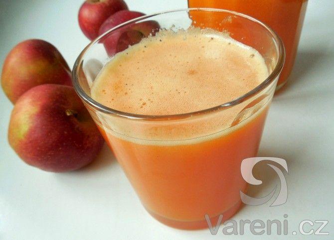 Zdraví ve sklenici! Připravte si nápoj z odšťavněné mrkve, jablka a citronu, popíjet se dá třeba celý den. Na recept bude potřeba odšťavňovač.
