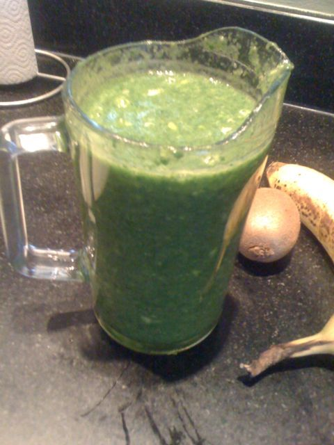 Groene smoothie spinazie, ananas - Ingrediënten: 200 gram spinazie, 1 banaan, stukjes verse ananas