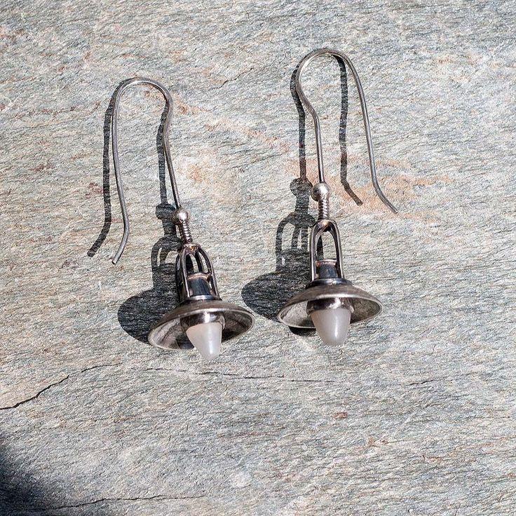 """Stříbrné+náušnice+-+Staré+lampy+Náušnice+v+tvare+lámp+som+zhotovil+zo+striebra+AG925.+Tienidlo+som+vytepal.+Náušnice+som+napatinoval+a+patinu+čiastočne+odstránil.+V+objímkach+sú+osadené+""""žiarovky""""+z+mesačných+kameňov+so+schillerovým+efektom.+váha+á+2,5+g+dĺžka+43+mm"""