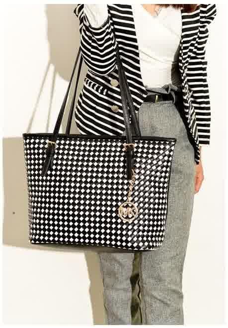 20418 Black white Tinggi : 28 cm Lebar : 33 cm Tebal : 14 cm Cara Buka : Resleting Tali Panjang : Tidak Ada Bahan : PU 800 gram 156.000 #fashion #bag #tas