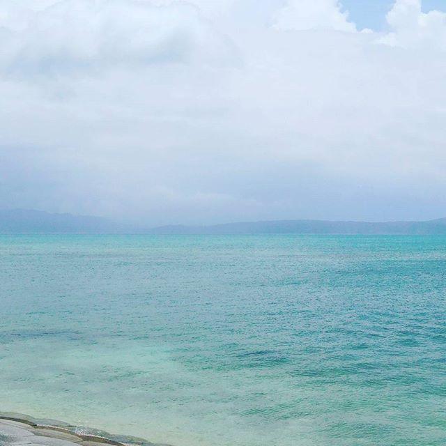【roots_dream】さんのInstagramをピンしています。 《#沖縄#三日目#もう三日目#早すぎる#古宇利島#海#キレイすぎ#ゲリラ豪雨#何回か味わう#美ら海水族館#お魚さんいっぱい#カフーリゾート楽しみ》