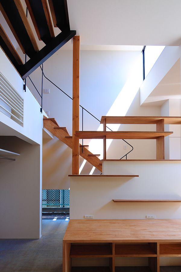 階段に囲まれた子供部屋。複雑な空間が子供部屋に楽しさをプラスする。